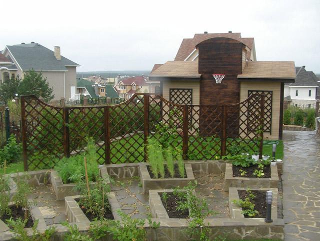 Декоративный огород отгорожен от